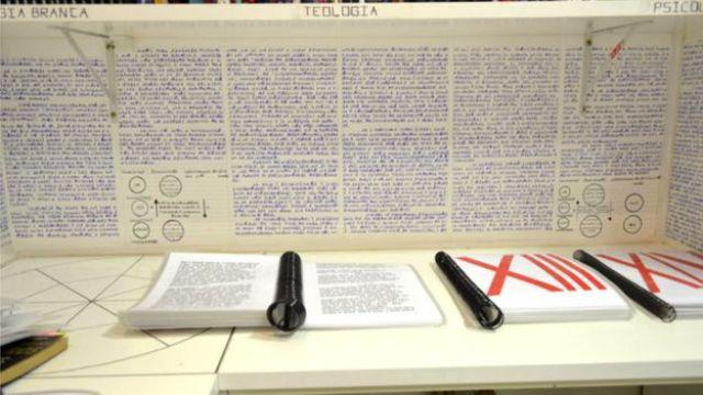 Estante de livros no quarto de Bruno Borges
