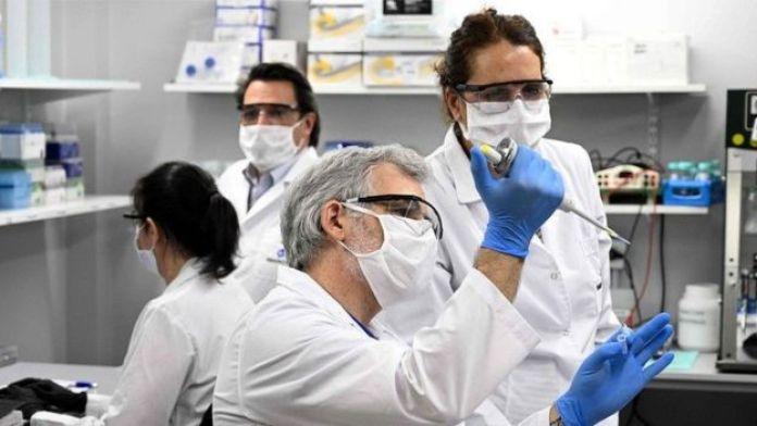Des techniciens font des recherches sur le Covid-19 dans un laboratoire de Buenos Aires, en Argentine ;