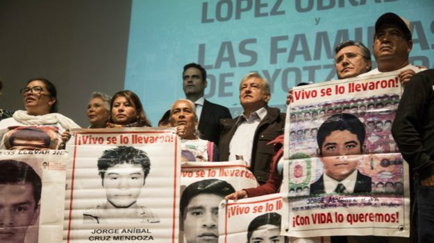 AMLO con familiares de estudiantes de Ayotzinapa.
