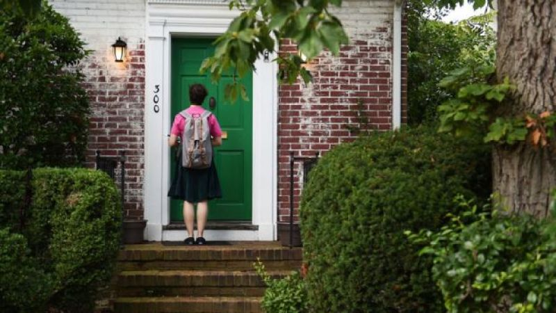 niña en puerta