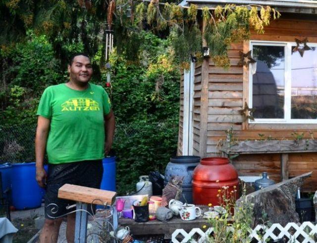 Un hombre llamado Tequila delante de su casa en POrtland, Oregón