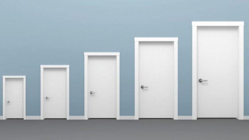 Puertas de distinto tamaño.