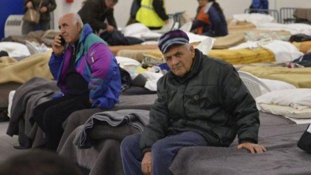 Dos residentes de Norcia están en colchonetas en un refugio temporal