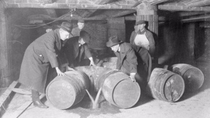 La Ley Volstead prohibió el consumo de alcohol en Estados Unidos.