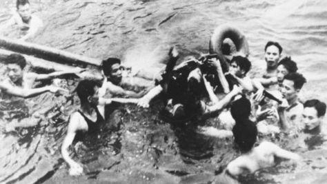 ハノイ上空で撃墜されハノイ湖に墜落したジョン・マケインを引き揚げる北ベトナムの兵士や市民(1967年10月26日)