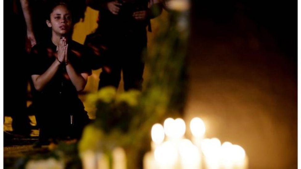 Menina reza por vítimas de massacre em escola de Suzano