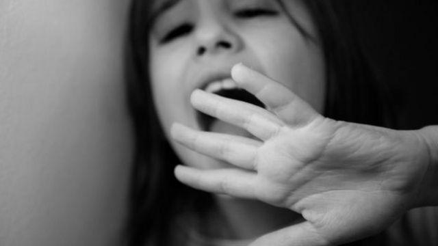Una niña gritando