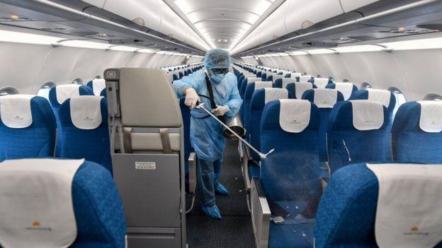 ဗီယက်နမ်လေကြောင်းလိုင်းက လေယာဉ်ကို ပိုးသတ်သန့်စင်နေစဉ်