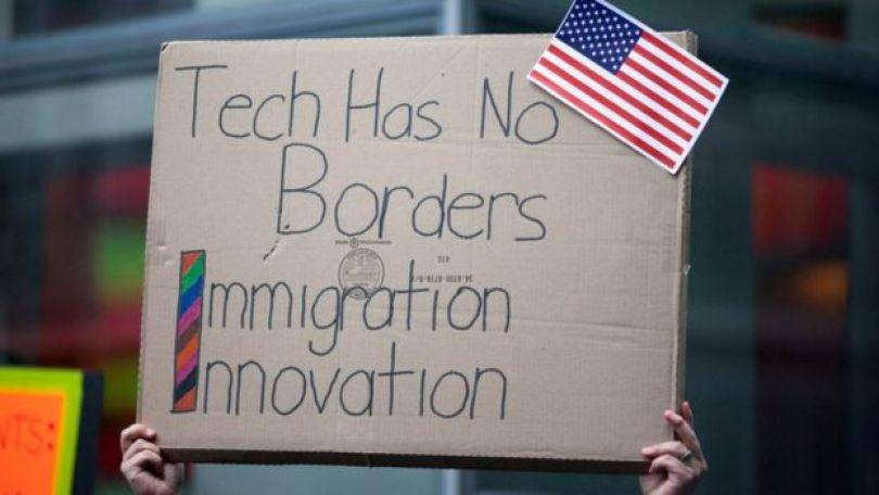 Cartel en protesta que dice: