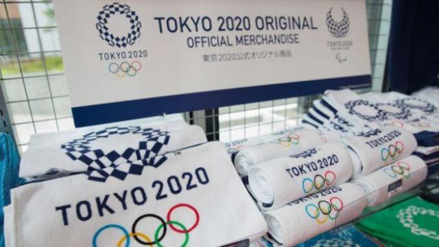 Marchandises des Jeux Olympiques de Tokyo 2020 dans une boutique de cadeaux des Jeux Olympiques et des Jeux Paralympiques à Shinjuku