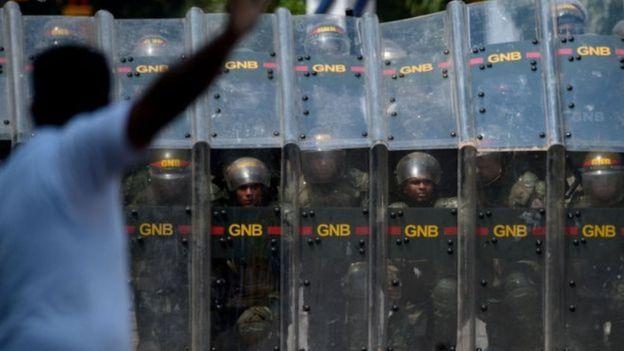 Policiais venezuelanos durante protesto