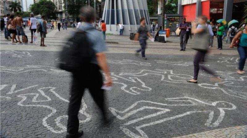 Em foto de arquivo de campanha no Rio, silhuetas de corpos são um protesto contra homicídios de jovens negros