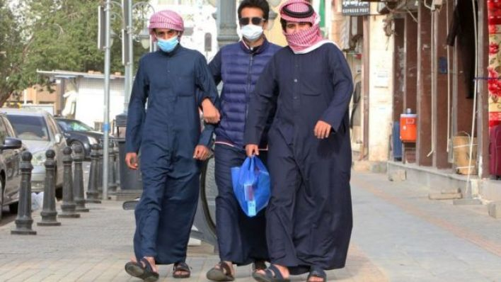 عرب يرتدون كمامات
