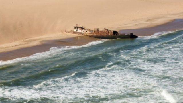 Navio atolado em praia na Namíbia
