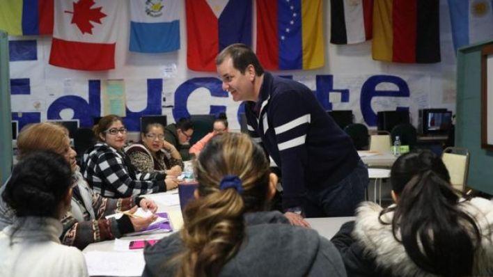 مهاجرون يدرسون في مركز لتعليم اللغة