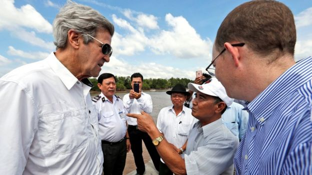 John Kerry talks to former Viet Cong fighter Vo Ban Tam
