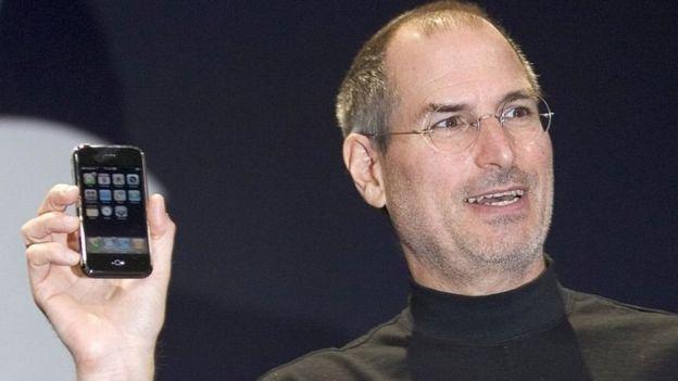 Steve Jobs con el primer iPhone