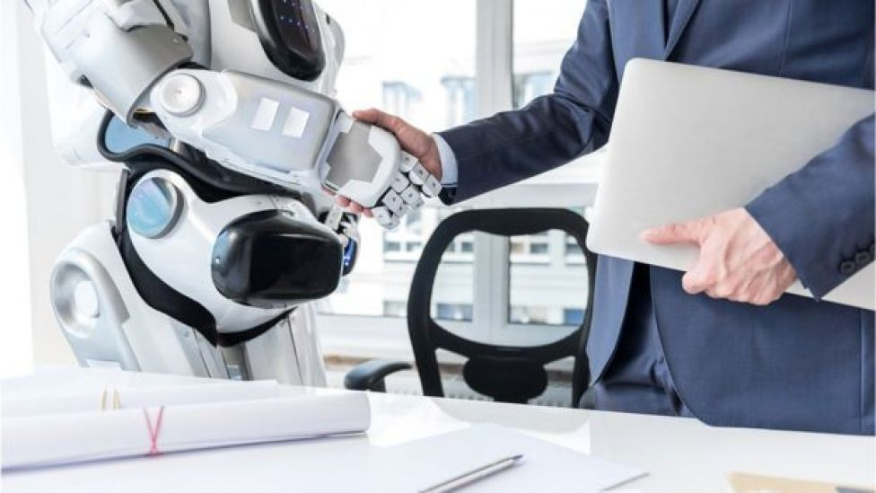Robot y humano se dan la mano
