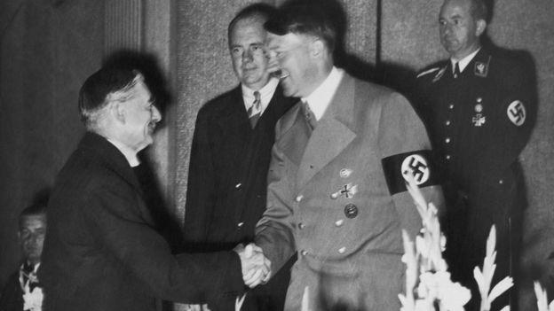 Neville Chamberlain ve Adolf Hitler'in el sıkışması.