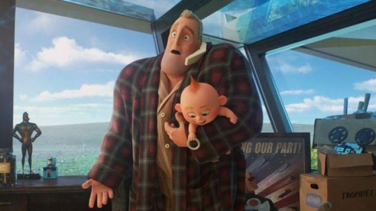 Mr. Increíble habla por teléfono mientras carga a su bebé.