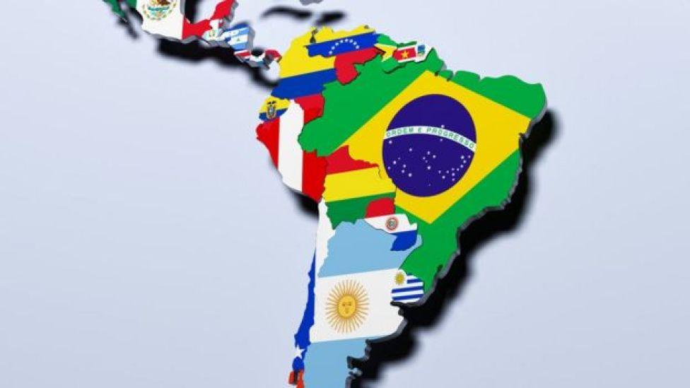 Mapa de América Latina con las banderas de cada país.