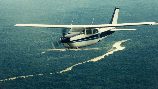 Una avioneta sobrevolando el Amazonas, pero no es un vuelo clandestino.