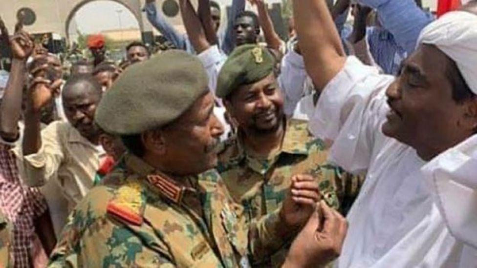 Le général al-Burhan, nouvel homme fort de Khartoum, en discussion avec les manifestants.