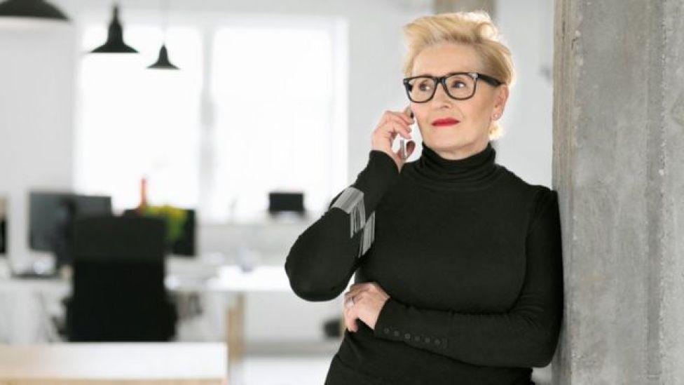 Mujer hablando por teléfono.