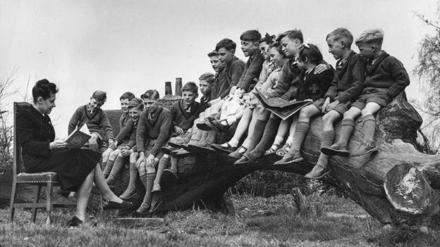 Una maestra lee a un grupo de niños en Stevenage, Inglaterra. Los niños están a punto de ser enviados a un colegio en Molong, Australia. GETTY IMAGES