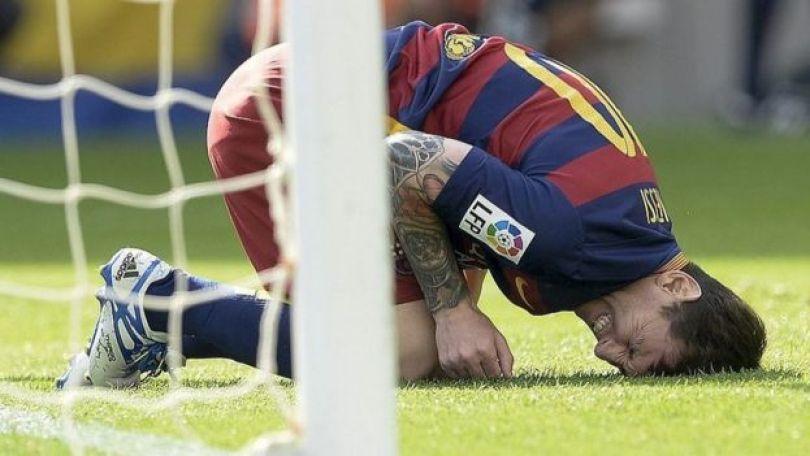 Messi com o rosto no gramado