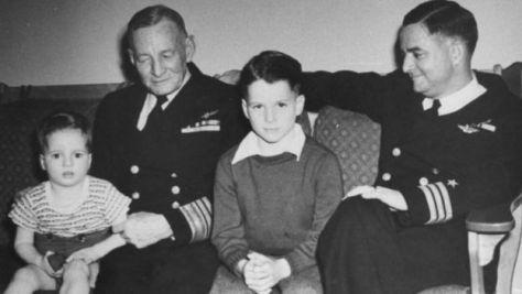 ジョン・マケイン3世(中央)の祖父は写真撮影当時、海軍中将で、父は海軍中佐(後に提督)だった。
