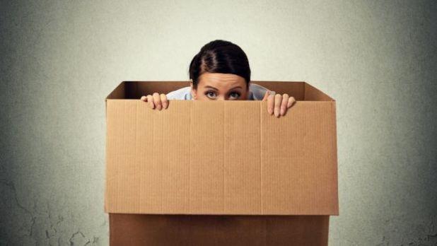 Mujer en una caja