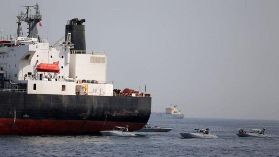 """Lanchas de la Armada de Emiratos Árabes Unidos junto a Al Marzoqah, uno de los tanqueros que supuestamente fue """"saboteado""""."""