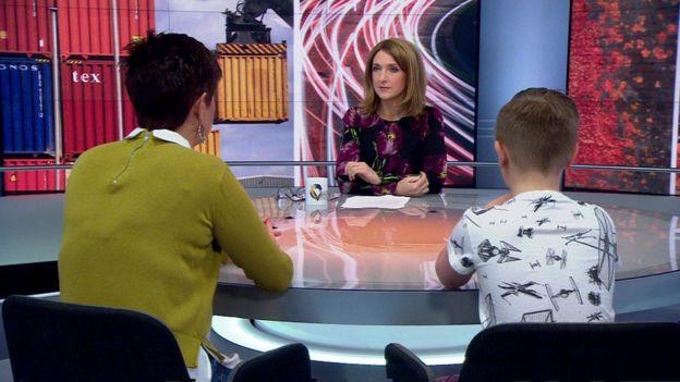 Jason y su madre en un programa de televisión de la BBC