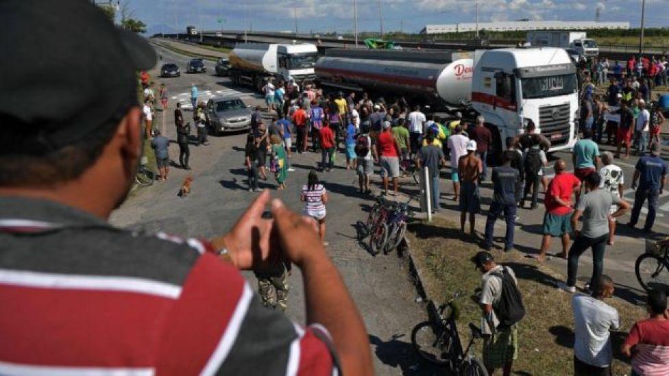 Caminhoneiros parando rodovia
