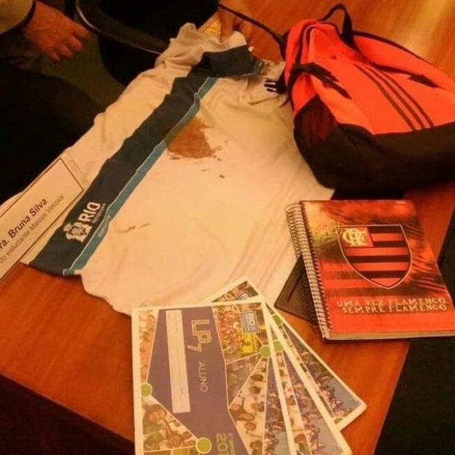 A camisa, mochila e o caderno que Marcos Vinicius levava naquela manhã