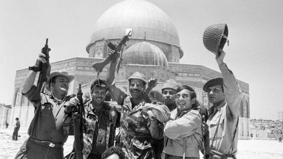 جنود إسرائيليون يحتفلون بالنصر عند قبة الصخرة (أرشيفية)