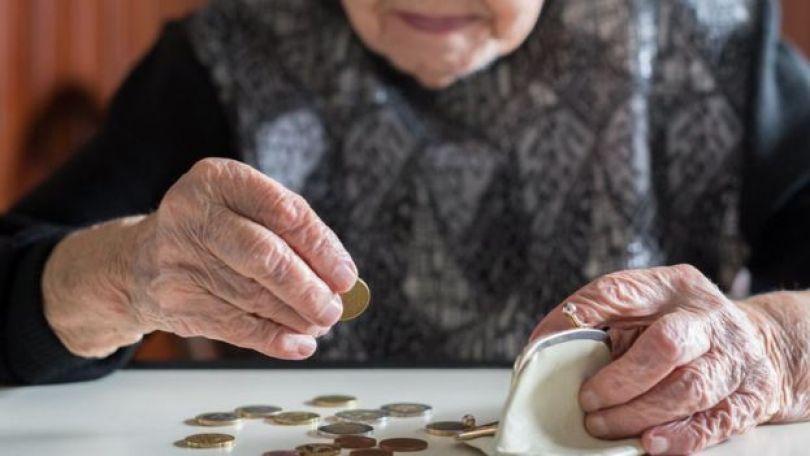 Mulher idosa contando dinheiro