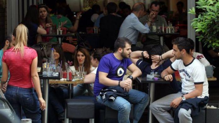 Jóvenes sentados en un bar de Atenas.
