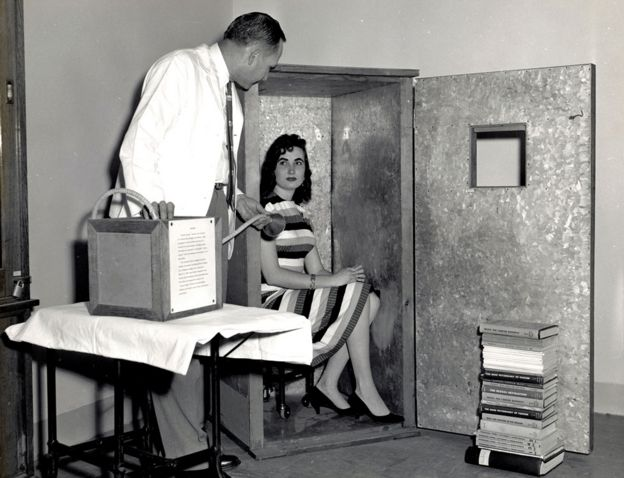 Mulher dentro de acumulador de orgone criado por Reich