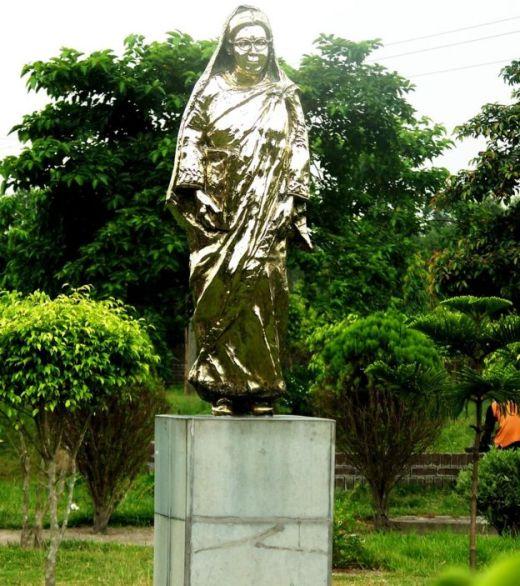रुक़ैया बेग़म की मूर्ति