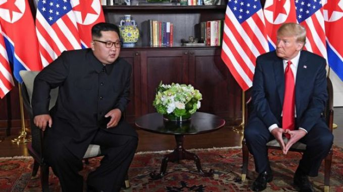 Donald Trump y Kim Jong-un minutos antes de su reunión en Singapur.