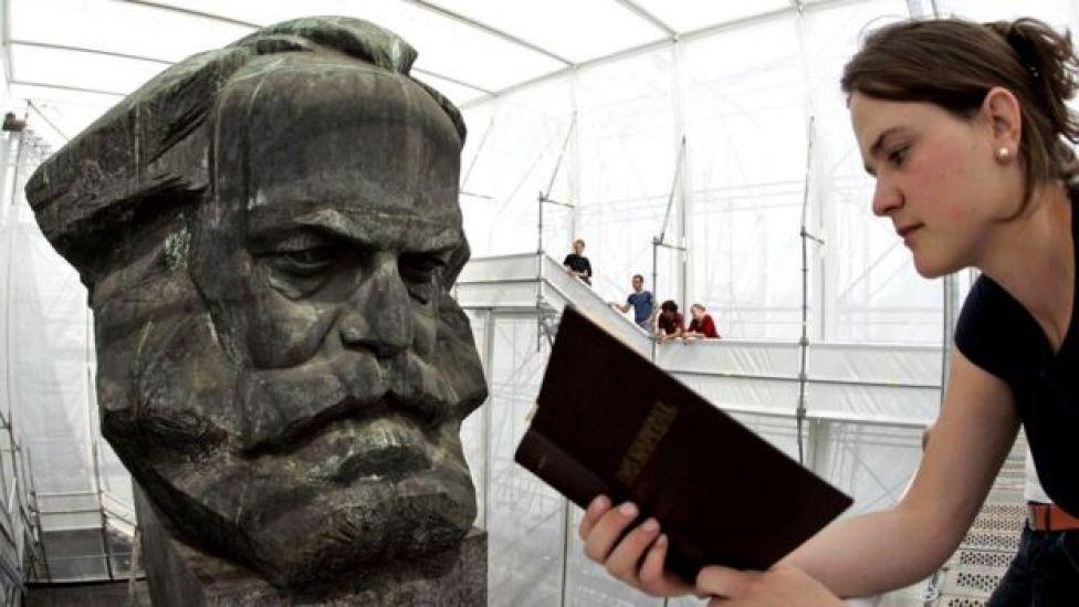 Una joven alemana lee