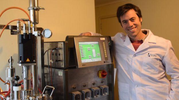 Manuel Rozas en su laboratorio de Puerto Varas, Chile