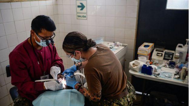Un venezolano recibe tratamiento dental en Perú.