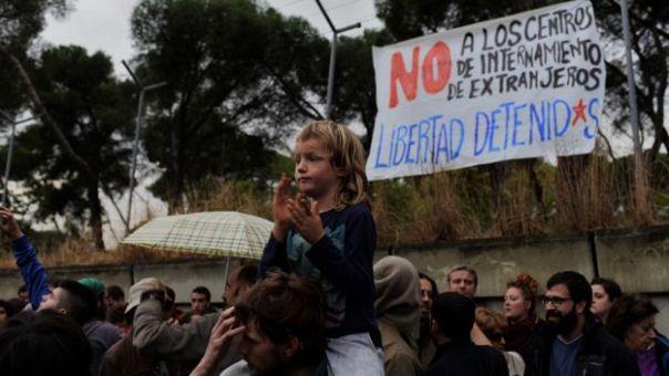 Protestas frente al centro de internamiento de extranjeros en Aluche, Madrid. Una pancarta reza