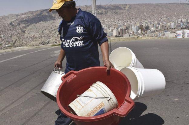 Ollas, baldes, bañadores. Cualquier recipiente es útil para recibir agua durante esta crisis.
