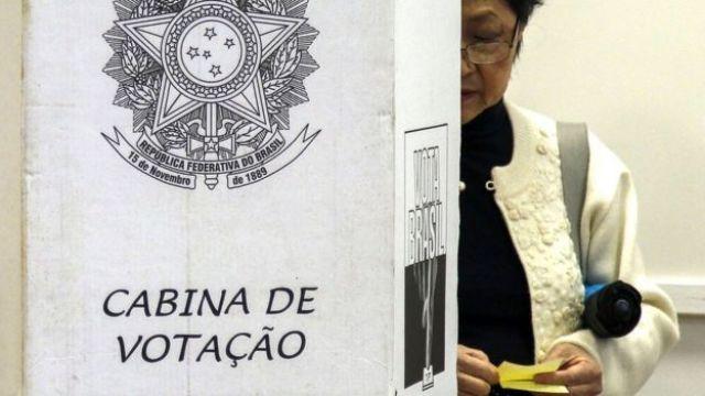 Mulher vota em São Paulo
