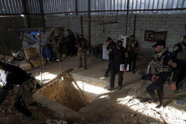 Las fuerzas de seguridad iraquíes a la entrada de un túnel utilizado por los combatientes de Estado Islámico. en el este de Mosul, 20 octubre, 2016