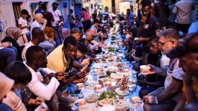 Des migrants africains pendant l'iftar à Istanbul, en Turquie.